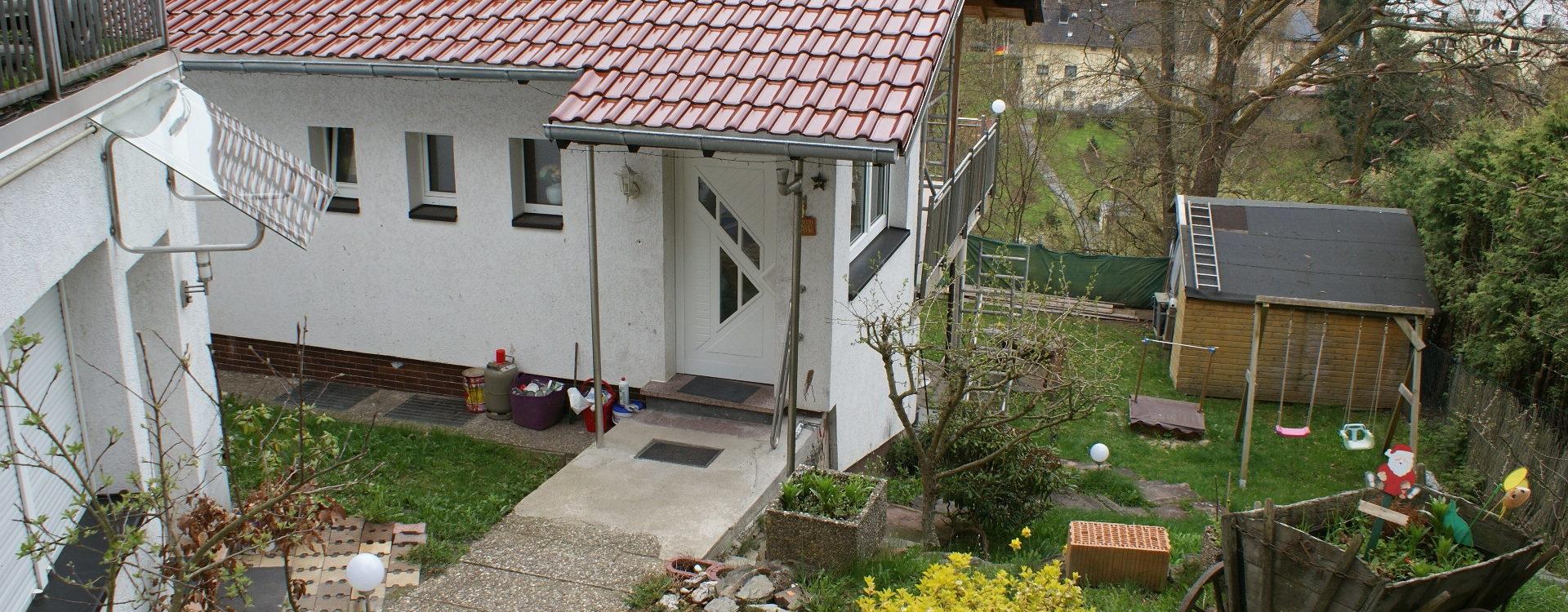 Zwei zum Preis von einem ! – ca. 5 % Rendite! – Gemütliches Einfamilienhaus mit Garage, Garten und Nebenhaus mit separater Wohnung