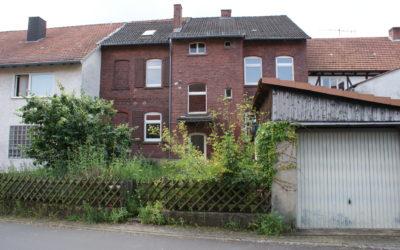 Zweifamilienhaus mit Garage und Garten, zentrale Lage