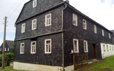 Großes Bauernhaus mit Nebengebäude und Garten